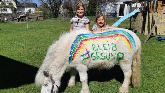 Julia und Lina… lernen kann man auch im Pferdestall